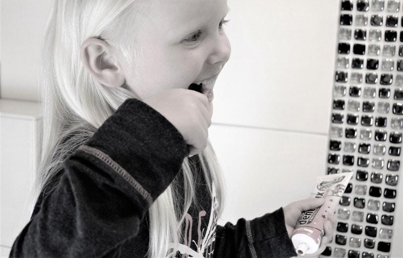 b101-kids-brushing-teeth