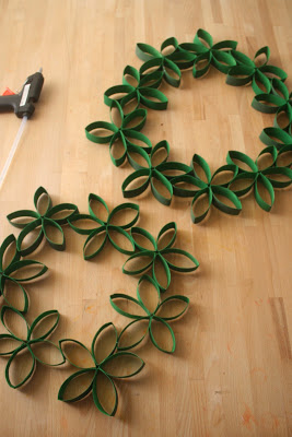 homemade-christmas-wreath-out-of-recycled-materials