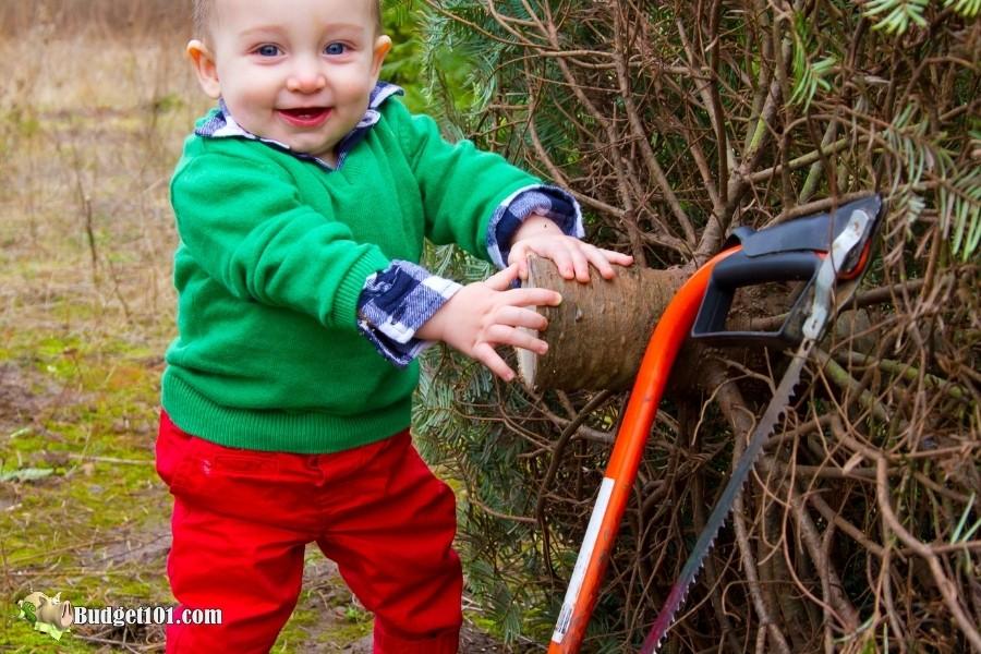 cutting christmas tree w family b101